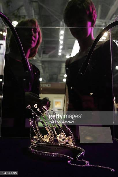 "Weman look at the diamond diadem at the ""Millionaire Fair"", International Luxury Goods Industry Fair in Moscow 24 September 2005. AFP PHOTO / YURI..."