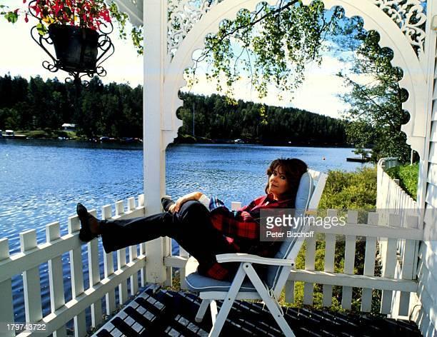 Wencke Myhre auf der Terrasse des Gästehauses, Homestory an der am Fjord gelegenen Villa in Oslo, Sängerin, Promis, Prominente, Prominenter,
