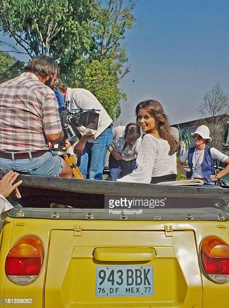 """Wencke Myhre, Crew, während der Dreharbeiten zur ZDF-Musik-Show """"Wencke Myhre-Show"""", Acapulco, Mexiko, Mittel-Amerika, Kamera, Ohrringe, Kleid,..."""