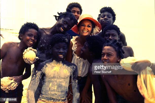 """Wencke Myhre, Einheimische, ZDF-Musik-Show """"Wencke Myhre-Show"""", Bahamas, Mittel-Amerika, Urlaub, Kleid, Sand, Hut, Sängerin, ;"""