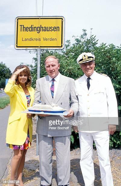 """Wencke Myhre, Horst Warneke, Heinz Weiss, , neben den Dreharbeiten zur ZDF-Reihe: """"Traumschiff"""", Folge 19: """"Norwegen"""", Thedinghausen, , Uniform,..."""