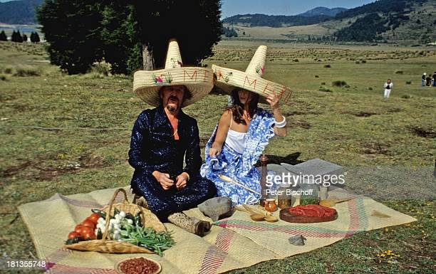 "Wencke Myhre, James Last, Dreharbeiten zur ""Wencke-Myhre-Show"", Acapulco, Mexiko, Mittel-Amerika, , Sombrero-Hut, Picknick, Gemüse, Tomaten,..."