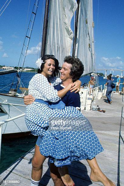 Wencke Myhre Michael Schanze ZDFMusikShow Wencke MyhreShow Bahamas MittelAmerika Hafen Steg Boote tragen lachen freude Blume Meer Atlantik Sänger...