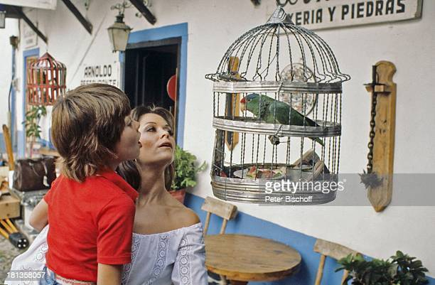"Wencke Myhre, Sohn Kim, ZDF-Musik-Show ""Wencke Myhre-Show"", Acapulco, Mexiko, Mittel-Amerika, Urlaub, Papagei, Vogel, Tier, Käfig, Tracht,..."