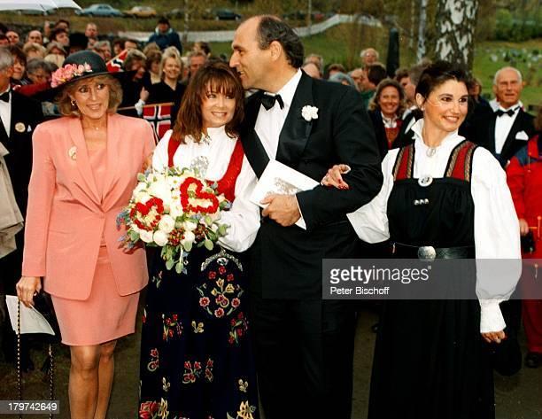 Wencke Myhre und Ehemann Arthur Burchardt;mit Hochzeitsgäste, Hochzeit in Oeyer bei;Lillehammer, Braut-Strauß, Sängerin, Promis, Prominente,...