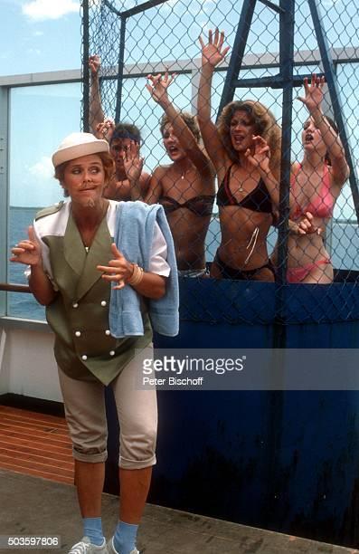 Wencke Myhre und Komparsinnen ARDShow Wencke voraus eine Bühnenshow mit Wencke Myhre auf hoher See am auf Kreuzfahrtschiff MS Norway in Miami USA