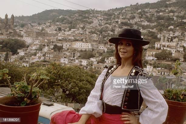 """Wencke Myhre, während den Dreharbeiten zur ZDF-Musik-Show """"Wencke Myhre-Show"""", Acapulco, Mexiko, Mittel-Amerika, Urlaub, mexikanische-Tracht, Hut,..."""