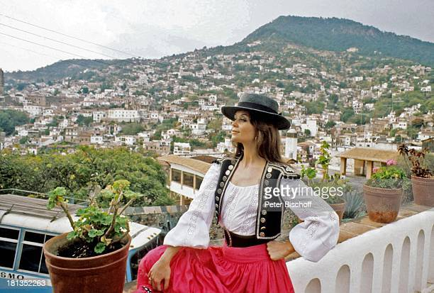 "Wencke Myhre, ZDF-Musik-Show ""Wencke Myhre-Show"", Acapulco, Mexiko, Mittel-Amerika, Balkon, Bäume, Natur, Urlaub, Hut, Tracht, mexikanische-Tracht,..."