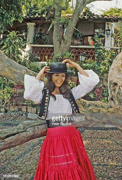 "Wencke Myhre, ZDF-Musik-Show ""Wencke Myhre-Show"", Acapulco, Mexiko, Mittel-Amerika, Bäume, Natur, Urlaub, Hut, Tracht, mexikanische-Tracht, Sängerin,..."