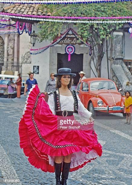 """Wencke Myhre, ZDF-Musik-Show """"Wencke Myhre-Show"""", Acapulco, Mexiko, Mittel-Amerika, Kleid, Rock, Stiefel, Girlanden, Urlaub, Hut, Tracht,..."""