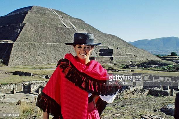 """Wencke Myhre, ZDF-Musik-Show """"Wencke Myhre-Show"""", Acapulco, Mexiko, Mittel-Amerika, Natur, Berg, Urlaub, Hut, Tracht, mexikanische-Tracht, Sängerin, ;"""