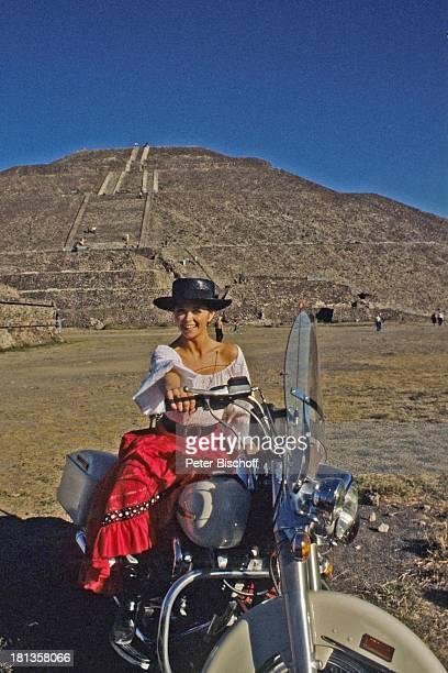 "Wencke Myhre, ZDF-Musik-Show ""Wencke Myhre-Show"", Acapulco, Mexiko, Mittel-Amerika, Natur, Berg, Motorrad, Urlaub, Hut, Tracht, mexikanische-Tracht,..."
