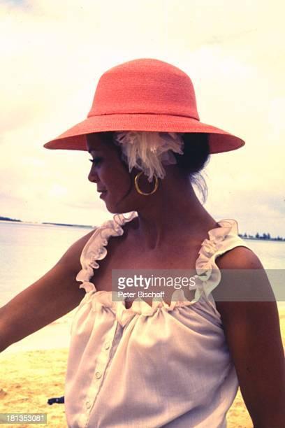 "Wencke Myhre, ZDF-Musik-Show ""Wencke Myhre-Show"", Bahamas, Mittel-Amerika, Urlaub, Kleid, Strand, Meer, Atlantik, Hut, Sängerin, ;"