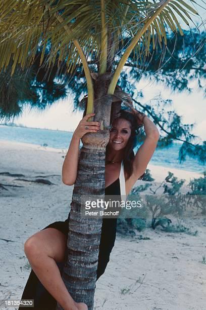 "Wencke Myhre, ZDF-Musik-Show ""Wencke Myhre-Show"", Bahamas, Mittel-Amerika, Badeanzug, Urlaub, Strand, Palme, Bein, Sängerin, ;"