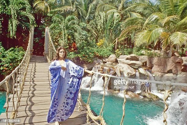 "Wencke Myhre, ZDF-Musik-Show ""Wencke Myhre-Show"", ""Princess Hotel Acapulco"", Mexiko, Mittel-Amerika, Urlaub, Brücke, Geländer, Palmen, Wasser-Fall,..."