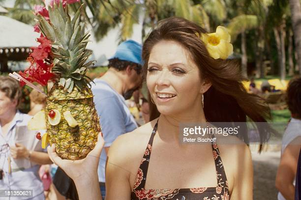 "Wencke Myhre, ZDF-Musik-Show ""Wencke Myhre-Show"", ""Princess Hotel Acapulco"", Mexiko, Mittel-Amerika, Urlaub, Ananas-Cocktail, Kleid, Blume, Sängerin,..."