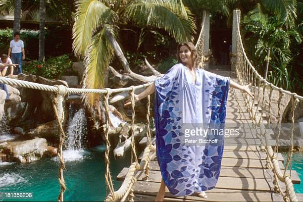 "Wencke Myhre, ZDF-Musik-Show ""Wencke Myhre-Show"", ""Princess Hotel Acapulco"", Mexiko, Mittel-Amerika, Urlaub, Brücke, Palmen, Wasser-Fall, Gewand,..."