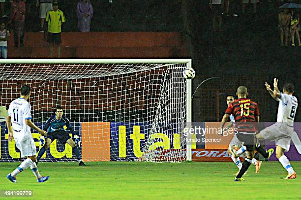 Wendel of Sport Recife shoots at goal during the Brasileirao Series A 2014 match between Sport Recife and Gremio at Ilha do Retiro Stadium on May 28...