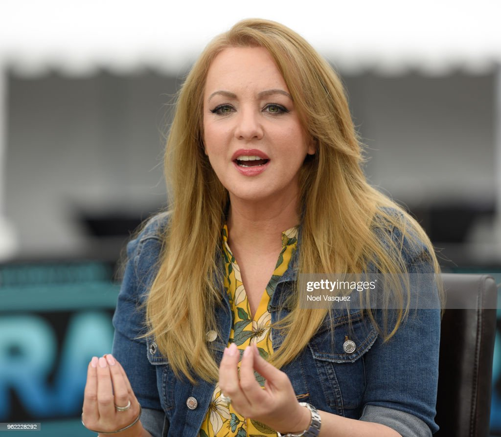 "Wendi McLendon-Covey Visits ""Extra"""