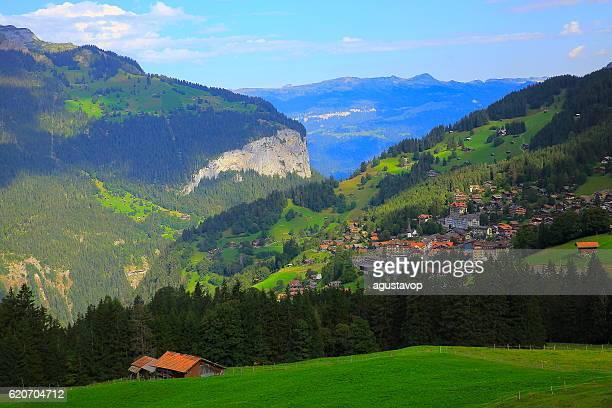 wengen alpine village idyllic landscape: woodland and meadows, swiss alps - lauterbrunnen - fotografias e filmes do acervo