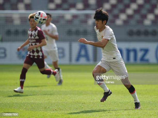 Wenjun Lü of Shanghai SIPG on the ball during the AFC Champions League Round of 16 match between Vissel Kobe and Shanghai SIPG at the Khalifa...