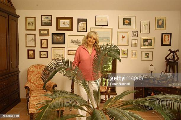 Wera Ilfried , Homestory, Ferienhaus in Mittenwald, 11.05.04, Wohnzimmer, Palme, Sessel, Bilder, Gemälde, Promi Promis, Prominente, P.-Nr. 506/2004,...