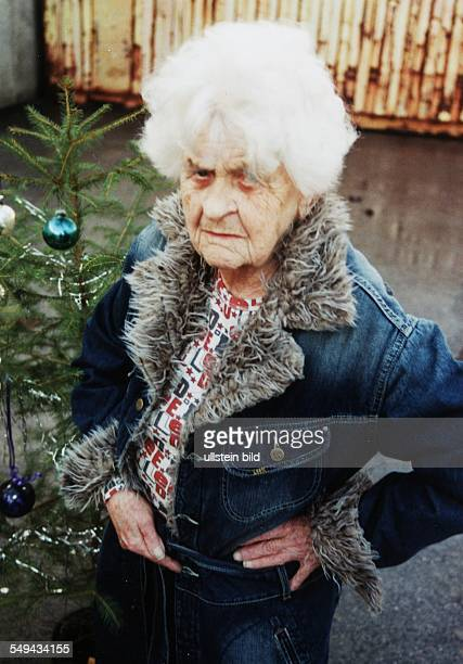 Werbung für Lee mit Grandma Funk Alte Frau als Fotomodel posiert in Jeansjacke