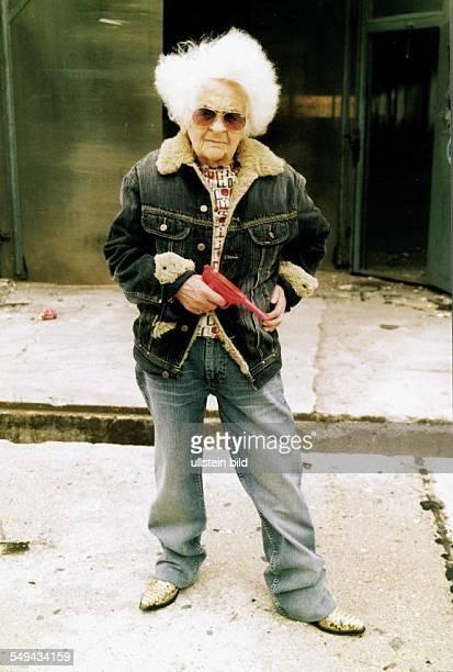 Werbung für Lee mit Grandma Funk Alte Frau als Fotomodel posiert mit einer Spielzeugpistole in Jeansjacke