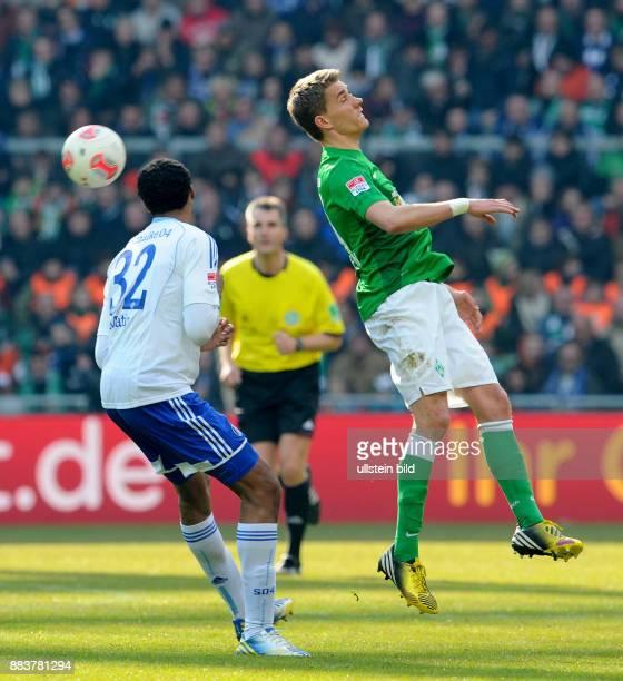 FUSSBALL 1 BUNDESLIGA SAISON SV Werder Bremen FC Schalke 04 Joel Matip gegen Nils Petersen