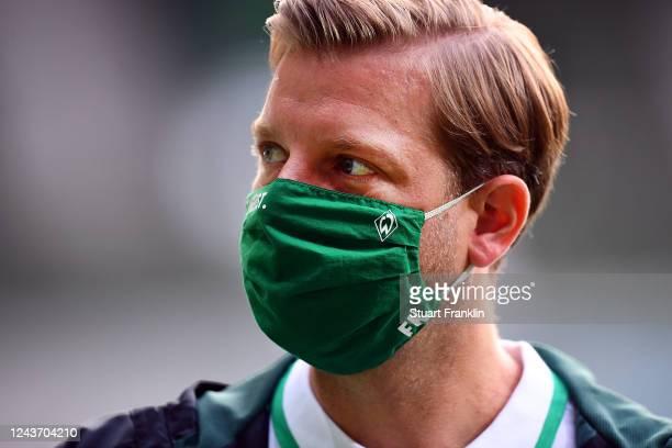 Werder Bremen Head Coach Florian Kohfeldt wears a face mask during the Bundesliga match between SV Werder Bremen and Eintracht Frankfurt at...