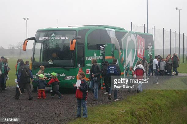 """Werder-Bus, Fans, Freundschaftsspiel """"Blau-Weiß Bornreihe"""" gegen """"SV Werder Bremen"""", Bornreihe/Hambergen, , Fußball-Spiel, Sport, """"Deutscher Meister..."""
