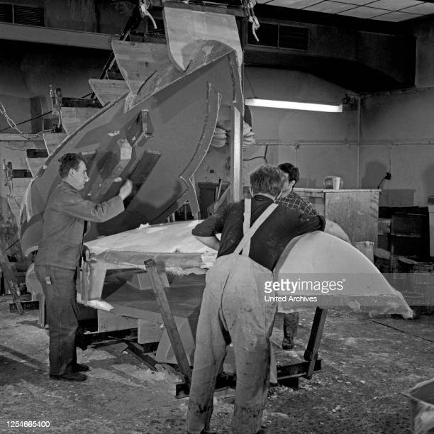 Werftarbeiter bei einer Bootswerft in Hamburg bei ihrer täglichen Arbeit, Deutschland 1960er Jahre.