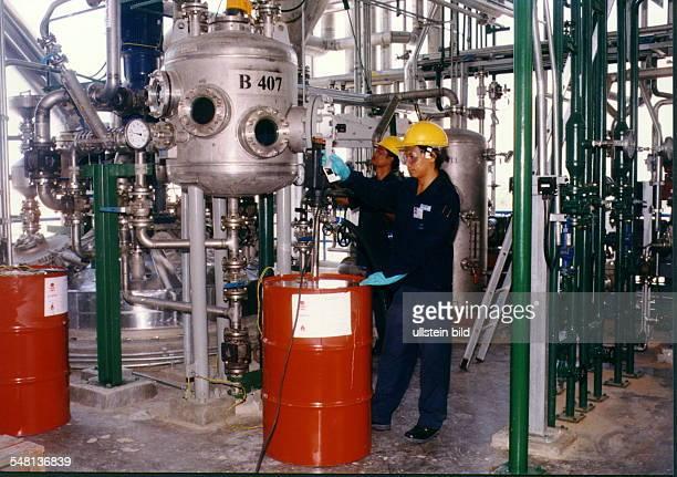 Werk der Hoechst AG in Mapta Phut, Provinz Rayong Arbeiter beim Abfüllen von Chemikalien