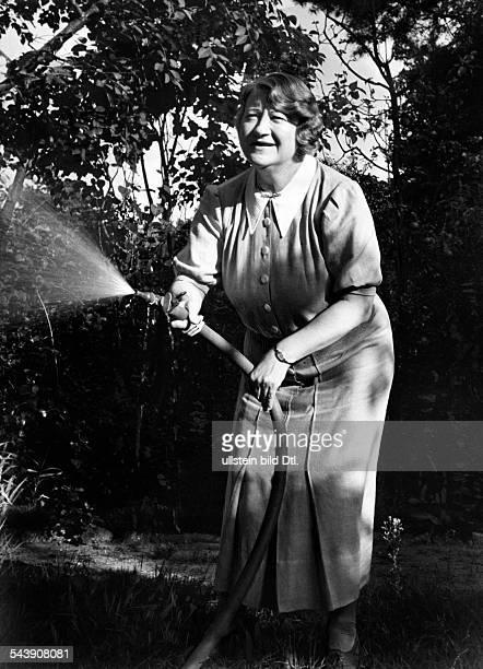 Werkmeister Lotte Actress Singer Germany*26121885 beim waessern in ihrem Garten Photographer Heinz Fremke Published by 'Sieben Tage' 36/1937Vintage...