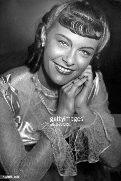 Werner Ilse Actress Germany*as daughter Roswitha in the movie 'Hochzeit auf Baerenhof' Photographer Ullmann Published by 'Berliner Volkszeitung'...