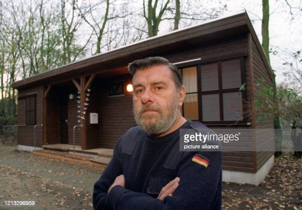Werner Kagel steht am vor seiner Blockhütte neben der evangelischen Kirche im Hamburger Stadtteil Lurup Nach sieben Jahren Obdachlosigkeit hat der...