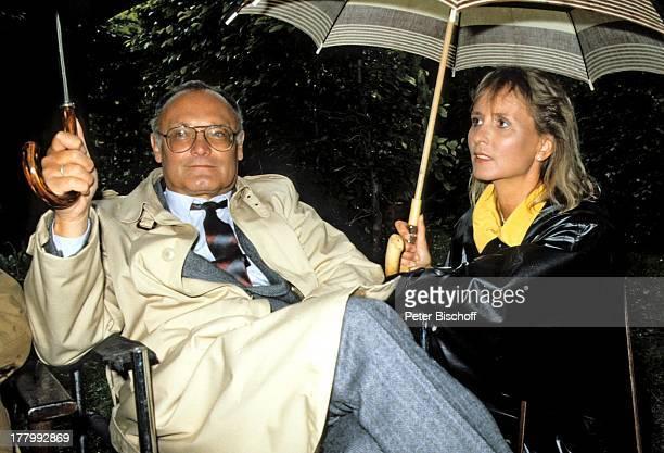 Werner Kreindl Ehefrau Diana Körner ZDFKrimiSerie 'Soko 5113' Folge 9 München Bayern Deutschland Europa Regen Regenschirm regnen nass Ehemann...