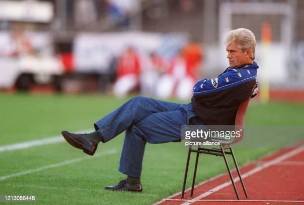 Werner Lorant Trainer des FußballBundesligisten München 1860 sitzt am 19901998 am Spielfeldrand des Stuttgarter GottliebDaimlerStadions auf einem...