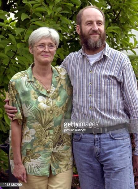 Werner Wallert legt am 3182000 im Garten seines Hauses im Göttinger Stadtteil Geismar seinen Arm um Ehefrau Renate Die beiden Entführungsopfer...