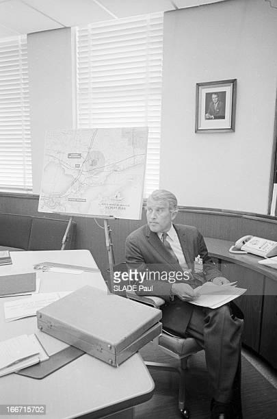 Wernher Von Braun And His Team Aux EtatsUnis en janvier 1964 à Michoud dans son bureau des usines de construction de la fusée Saturne V le...