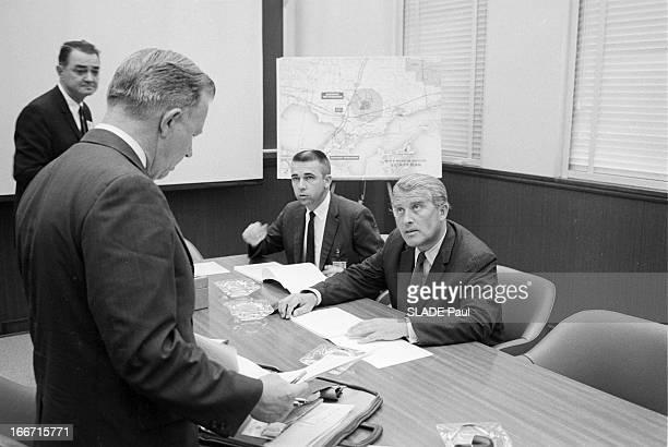 Wernher Von Braun And His Team Aux EtatsUnis en janvier 1964 à Michoud dans une salle de réunion des usines de construction de la fusée Saturne V le...