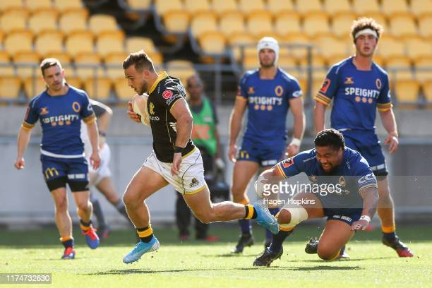 Wes Goosen of Wellington breaks away for a try during the round 6 Mitre 10 Cup match between Wellington and Otago at Westpac Stadium on September 15,...