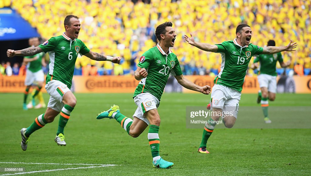 Wes Hoolahan (C) of Republic of Ireland celebrates scoring his team's first goal with his team mate Glenn Whelan (L) and Robbie Brady (R) during the UEFA EURO 2016 Group E match between Republic of Ireland and Sweden at Stade de France on June 13, 2016 in Paris, France.