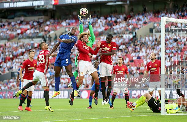 Wes Morgan of Leicester City compete for the ball in the air with Marouane Fellaini of Manchester United, David De Gea of Manchester United and Eric...