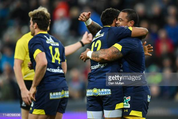 Wesley Fofana of ASM Clermont Auvergne celebrates with his team mate John Ulugia after scoring a second half try during the Challenge Cup Final match...