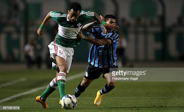 Wesley of Palmeiras fights for the ball with Dudu of Gremio during the match between Palmeiras and Gremio for the Brazilian Series A 2014 at Estadio...