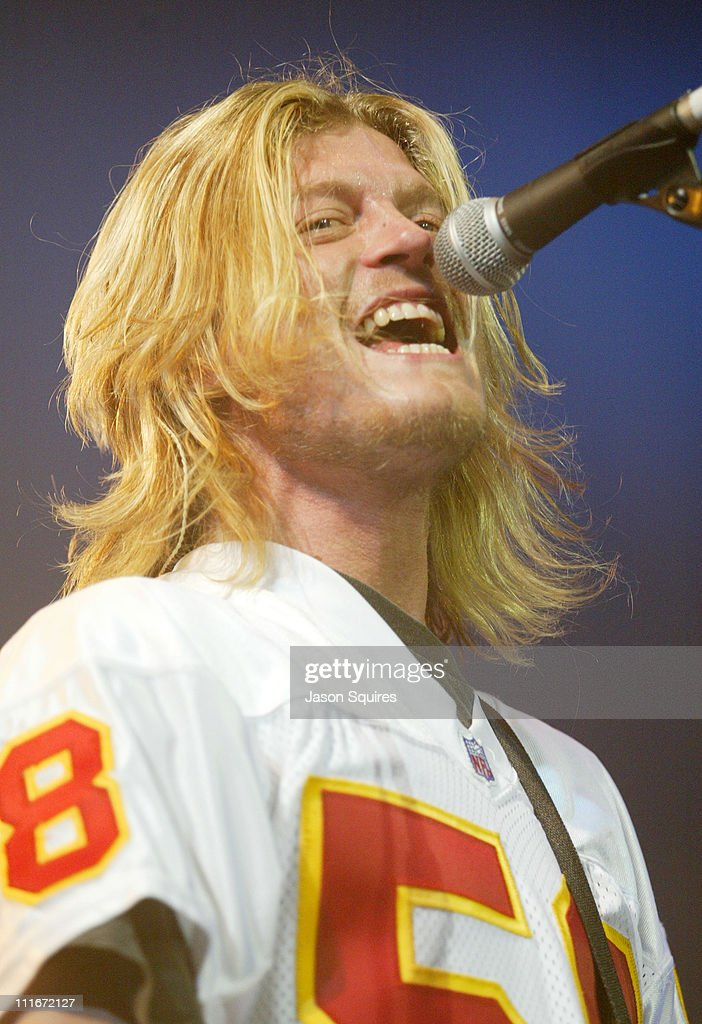 Puddle of Mudd performs live in Kansas City on December 10, 2003 : ニュース写真