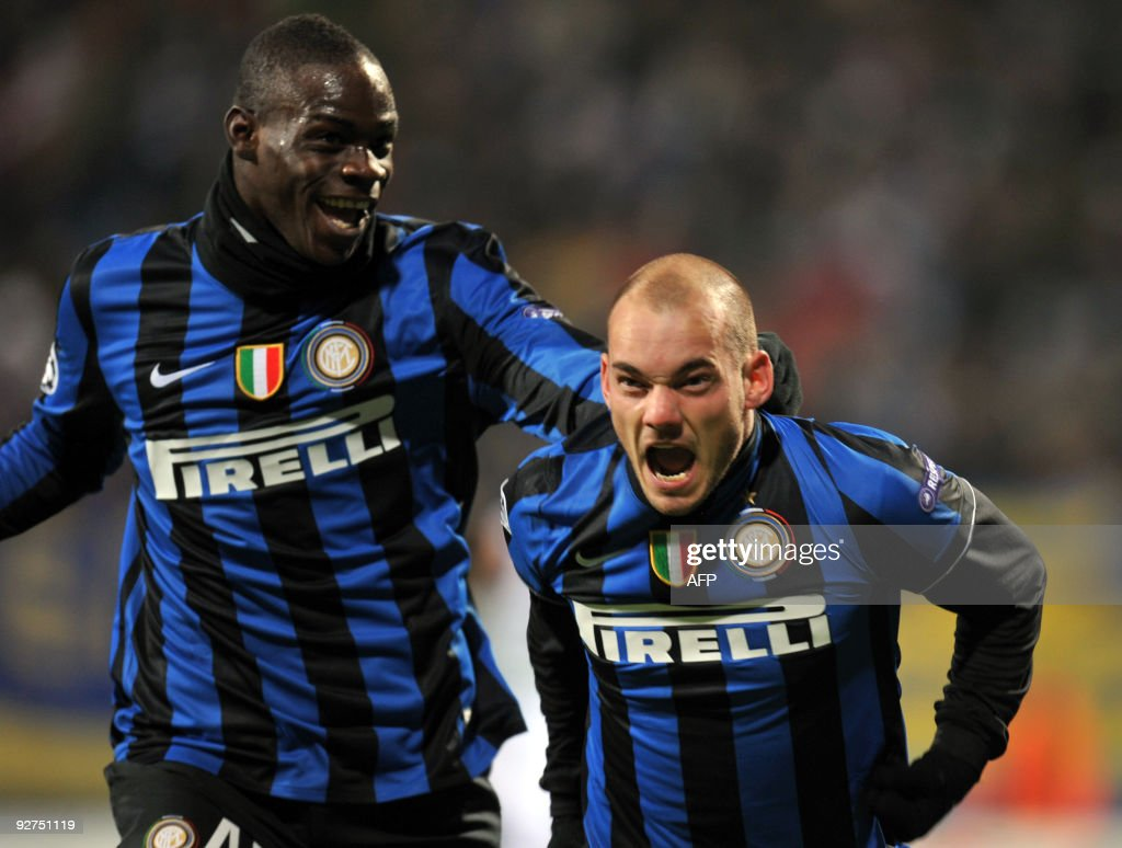 Wesley Sneijder of FC Inter Milan (R) and Mario Balotelli react after scoring against FC Dynamo Kiev during UEFA Champions League, Group F football match in Kiev on November 4, 2009.