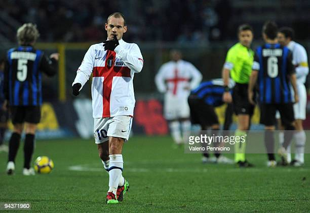 Wesley Sneijder of FC Internazionale Milano leaves the field after receiving a red card during the Serie A match between Atalanta and Inter Milan at...