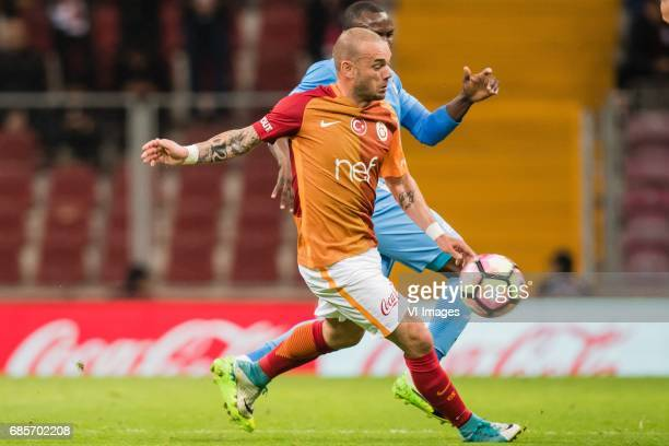 Wesley Sneijder of Galatasaray Aminu Umar of Osmanlispor Futbol Kulubuduring the Turkish Spor Toto Super Lig football match between Galatasaray SK...